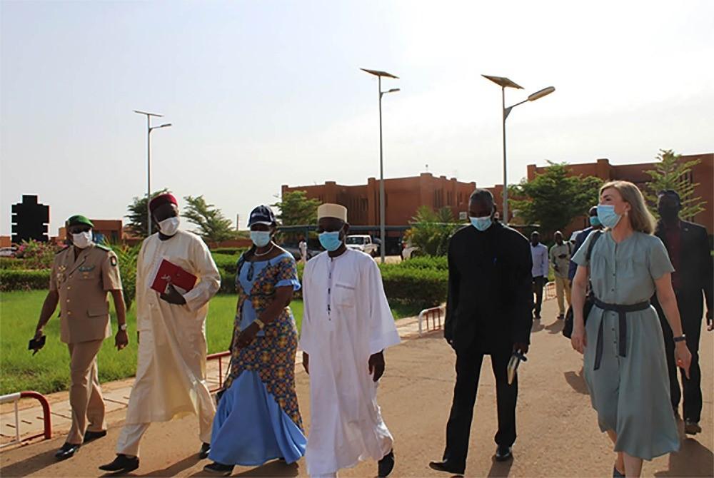 Le Système des Nations Unies et l'Union Européenne accompagnent le Niger dans la vaccination anti Covid-19. Les chefs d'agence de l'OMS et l'UNICEF ainsi que l'Ambassadeur de l'UE reçoivent leur deuxième dose du vaccin AstraZeneca